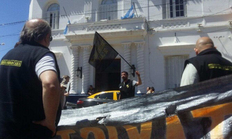 Taxistas reclamaron al intendente ducot que clausure oficina de uber que funciona en pilar - Oficina municipal del taxi ...